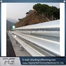 Autobahn-Leitplanke und eine Dachwand-Walze bildende Maschine