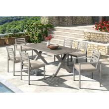 Aluminiumtische im Freien und Stühle, die Satz speisen