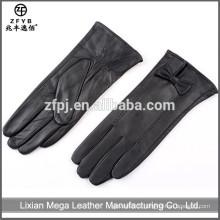 De bonne qualité neuf en dames portant des gants en cuir