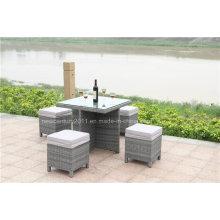 Table en rotin extérieur et banc en osier de jardin