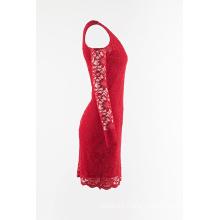 Vestido de encaje rojo con hombros descubiertos.