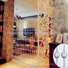 Salle de séjour avec rideaux transparents en perles indiennes