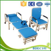 El paciente acompaña sillas reclinables de hospital