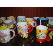Pintura de cerámica de la mano de la taza