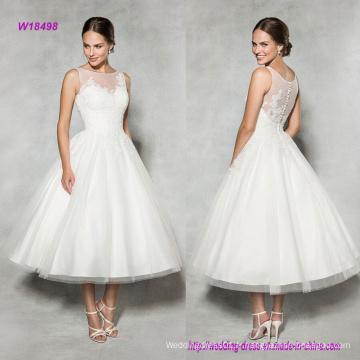 La robe de mariée en taffetas style vintage avec encolure en dentelle rehaussée d'illusion donne à cette classique une ligne moderne