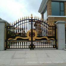 Portões de ferro forjado decorativo bonito ao ar livre