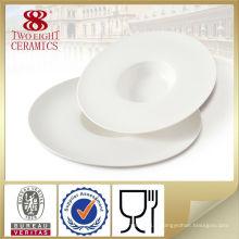 Différents types de vaisselle en porcelaine, petits ustensiles de cuisine