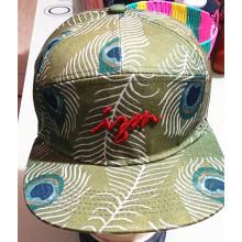 Establece los casquillos bordados costumbre de la moda de la ciudad de la ciudad