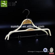 cintre en bois lamellé pour magasin de vêtement