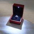 Caja de anillo roja de luz LED de plástico