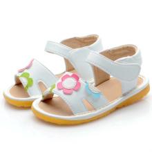 Белые цветы Детские скрипучие сандалии