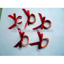 lazo de cinta de raso rojo con lazo elástico elástico de plata metalizado