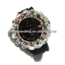 Correa de reloj negra con el cristal grande pavimentado alrededor de relojes de bolsillo apuestos de las señoras