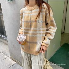 Женский шерстяной свитер в свободную клетку 2020