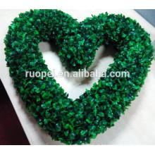 Venda quente verde artificial grinalda em forma de coração de plástico