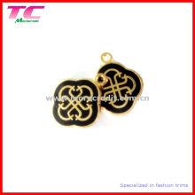 Kundenspezifischer Metallcharme in glänzendem Gold mit schwarzem Emaille