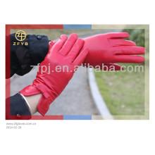 Mujer por encargo puesta en guantes de cuero
