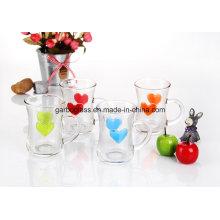 Caneca de vidro colorida do chá com coração gravado