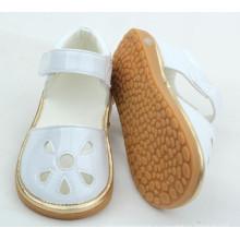 Маленькая дешевая недорогая детская обувь со звуком