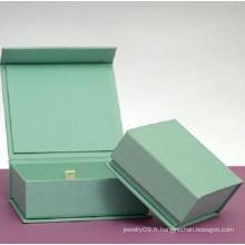 Boîte de papier de luxe avec bracelet en chaîne et satin