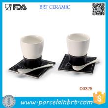 Taza de café de cerámica blanca con cuchara y bandeja