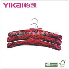 Set aus 3 Stück rotem und schwarzem Satin gepolstertem Kleiderbügel mit Spitze verziert