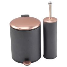 Poubelle noire avec couvercle en cuivre et brosse de toilette