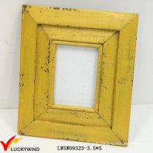 Retro schäbiger gelber hölzerner Foto-Rahmen
