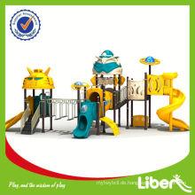 Kinder verwendet Vergnügungsausrüstung im Spielplatz Park