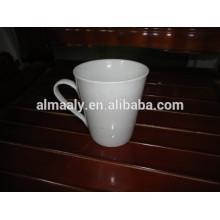 weiße Steingutbecher für Kaffee