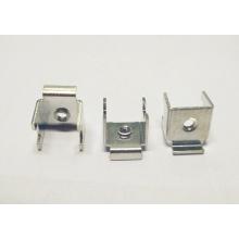 Emboutissant la borne de connecteur de fil de pièces avec l'insertion en acier enfoncée