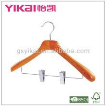 Cabide de madeira com ombros largos e clipes de metal