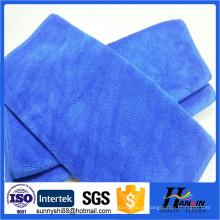 Escovando toalhas de microfibra, pano de limpeza