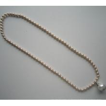 Модное ожерелье из блестящих бусин с большой подвеской