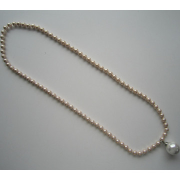 Fashion Necklace Made of Pretty Shell Beads with Big Pendant