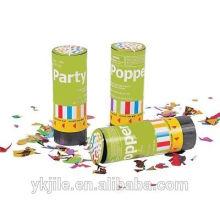 Hand-gehaltener Frühlings-Partei-Popper-Konfetti-Kanone wegwerfbar