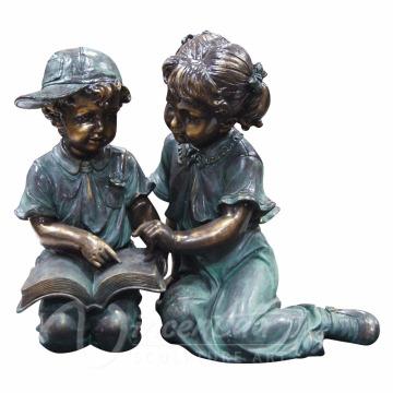 Sculpture de jardin en métal grande taille de la vie en bronze lecture garçon et fille statues de jardin à vendre
