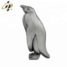 Sterben Sie getroffenen alten Pinguinmetallpin