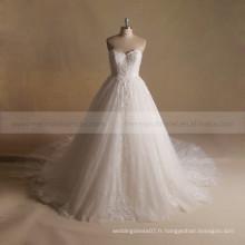 Robe de mariage en robe bouffante de dentelle charmante à coeur doux avec un long train