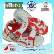 Diversos zapatos coloridos de las sandalias de los deportes con el ratón de mickey