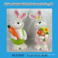 Conejo de cerámica para la decoración de pascua de casa
