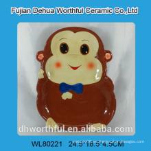 Hermosa placa de cerámica en forma de mono