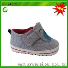 Zapatos de bebé cómodos de la buena manera que caminan calientes a granel