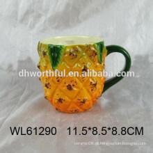 Copo de cerâmica de forma de abacaxi amarelo