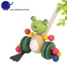 Brinquedos animais felizes da criança brinquedo de madeira do sapo ao longo do brinquedo