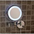 Wandmontierte Make-up Kosmetikspiegel mit LED-Licht im Bad verwendet