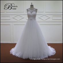 Bescheidenes weißes schönes Hochzeits-Kleid
