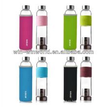 La manga colorida del silicón se divierte la botella de agua de cristal portátil con el filtro