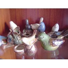 Pássaros de cerâmica com recipiente