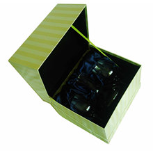 Caja de regalo de joyería con una corbata y una inserción